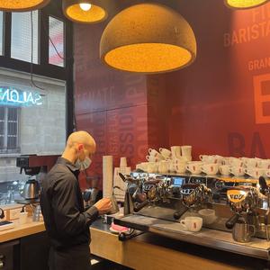 Lors de vos passages dans nos boutiques, profitez de l'expertise de nos baristas : préparation d'expressos, de boissons signatures, de latte art.... De quoi satisfaire chacun d'entre vous ! #CafesMalongo #Café #Coffee #Barista #LatteArt #Expresso